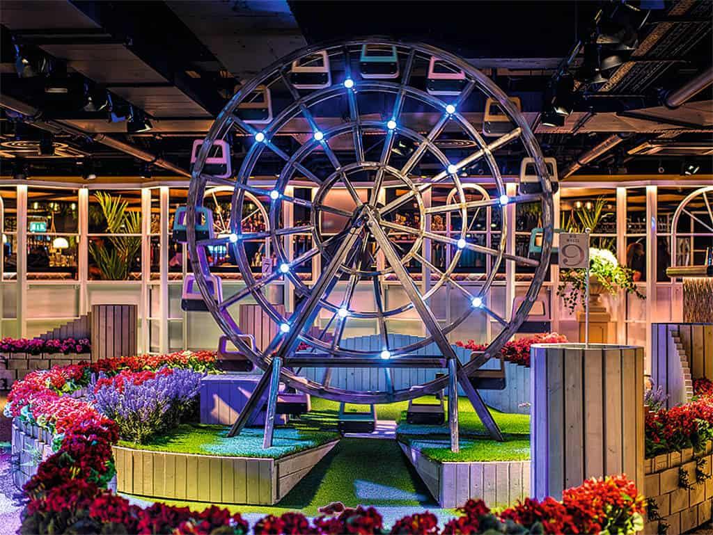 Indoor-Minigolfplatz mit verrückten Hürden