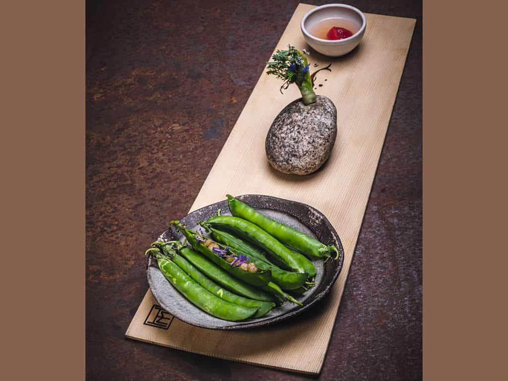 Drei Happen | Frühkraut-Unkraut-Salat mit Vermouth | Erbsen mit Liebstöckel und Essiggrammeln | Erdbeere im Tomatenwasser