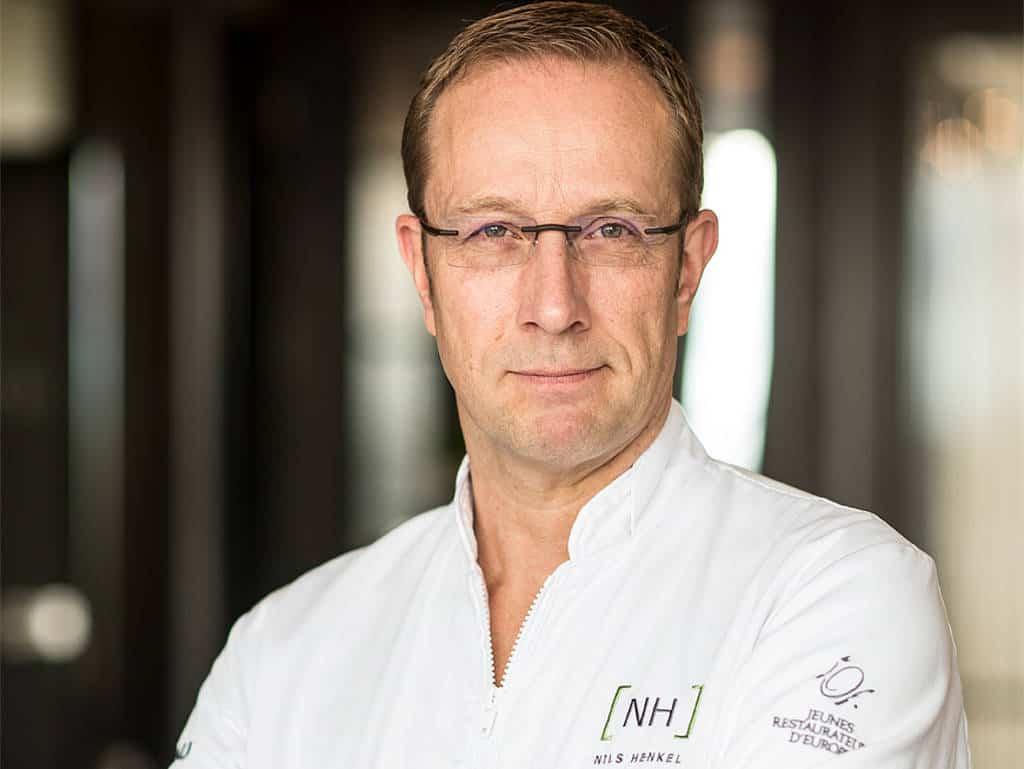 Nils Henkel lächelt ganz so als wüsste er ein Geheimnis