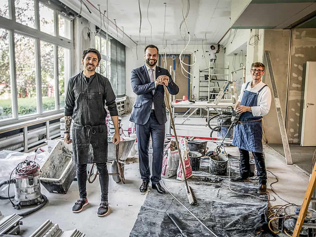 Men at work: Nenad Mlinarevic, Restaurantmanager Julius Hilger und Küchenchef Sebastian Mattis (v. li. n. re.) auf der Baustelle des neuen Restaurants.