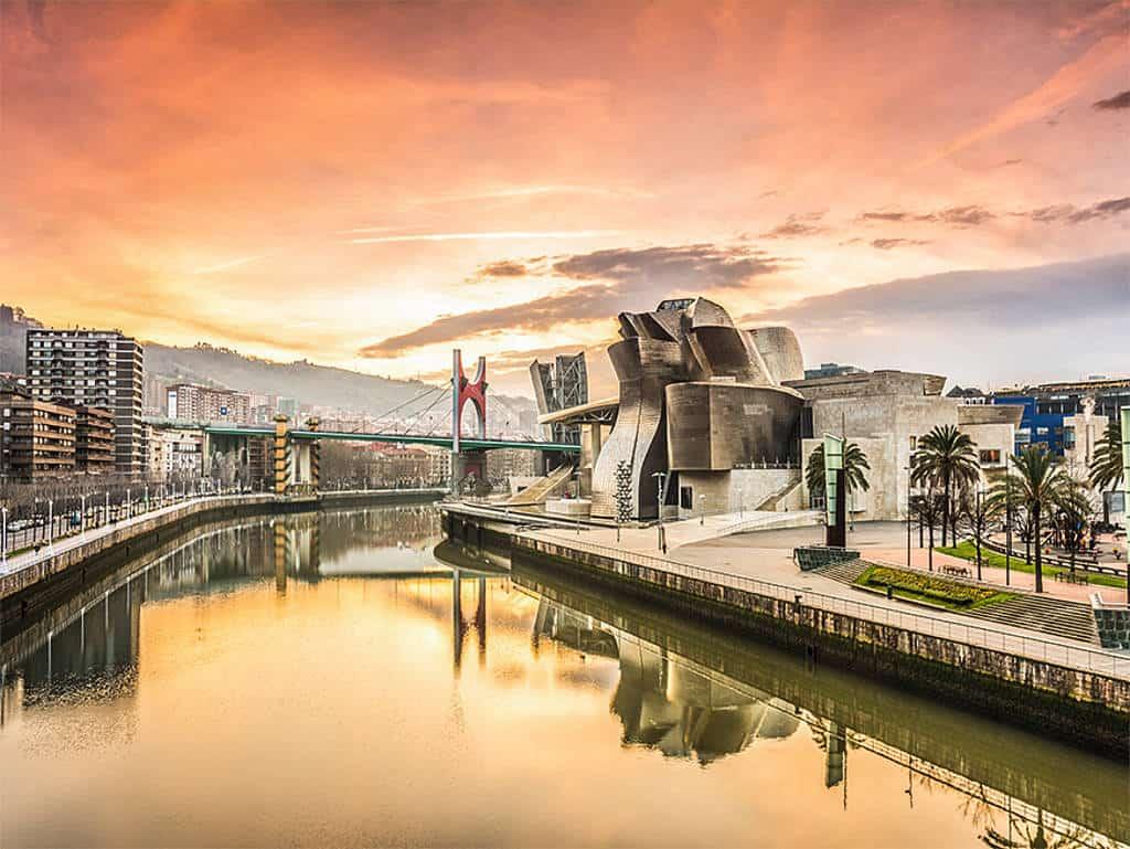 Die Skyline Bilbaos mit dem Guggenheim-Museum als Blickfang