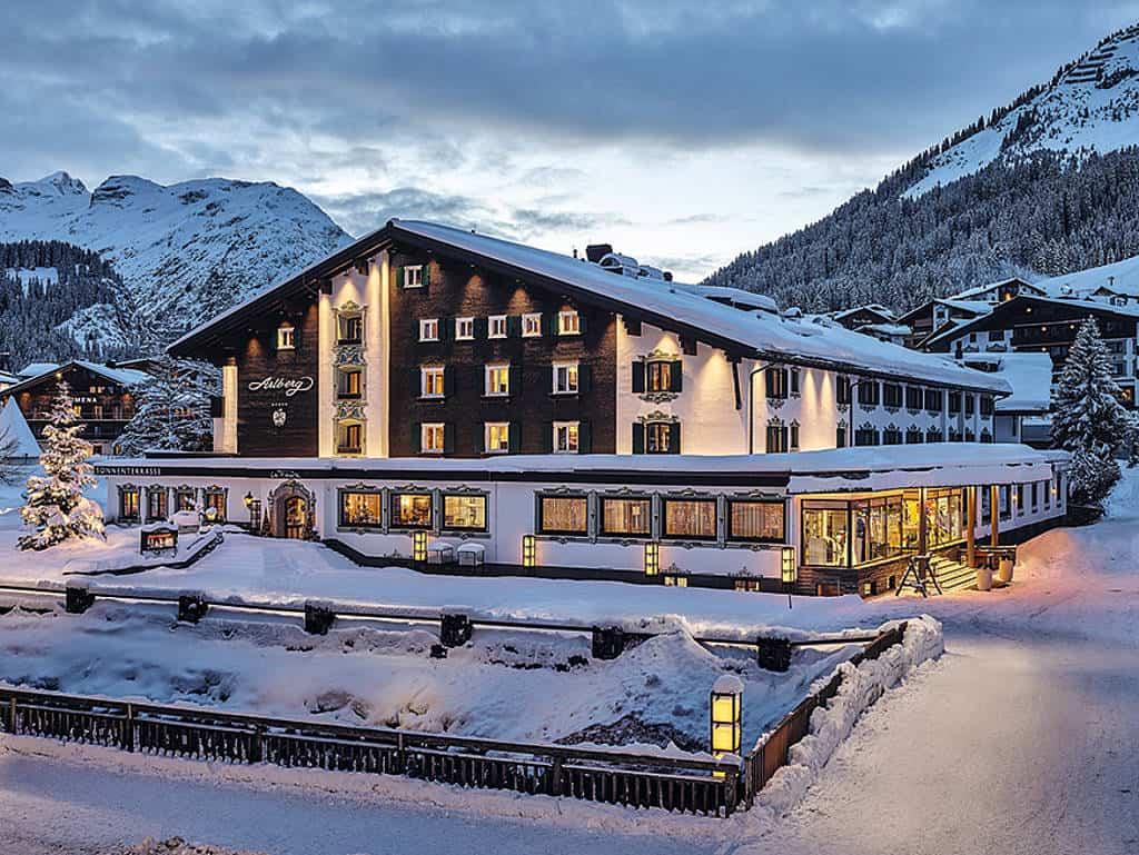 Hotel Arlberg im Winter mit Schnee