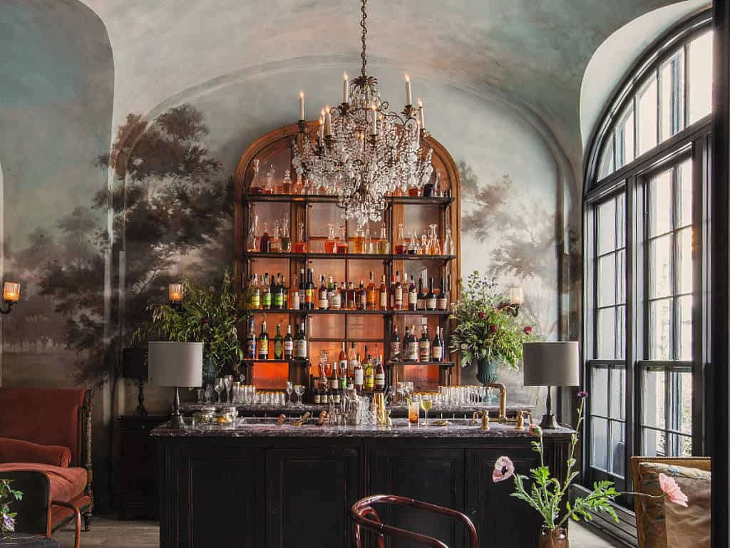 Die glamouröse Bar im Le Coucou
