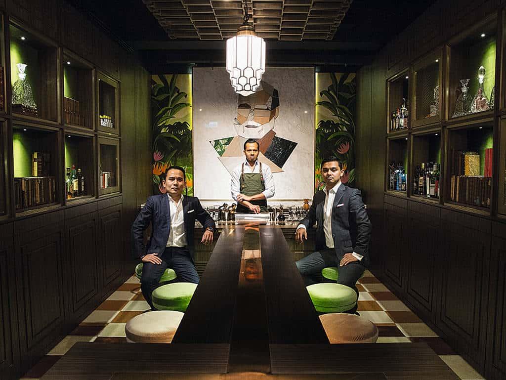 Die drei Betreiber in ihrer Bar