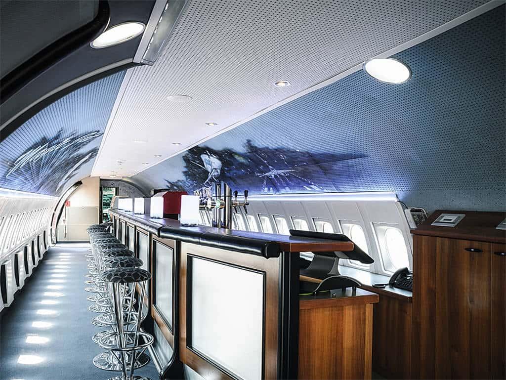 Bar im Inneren des Flugzeugs