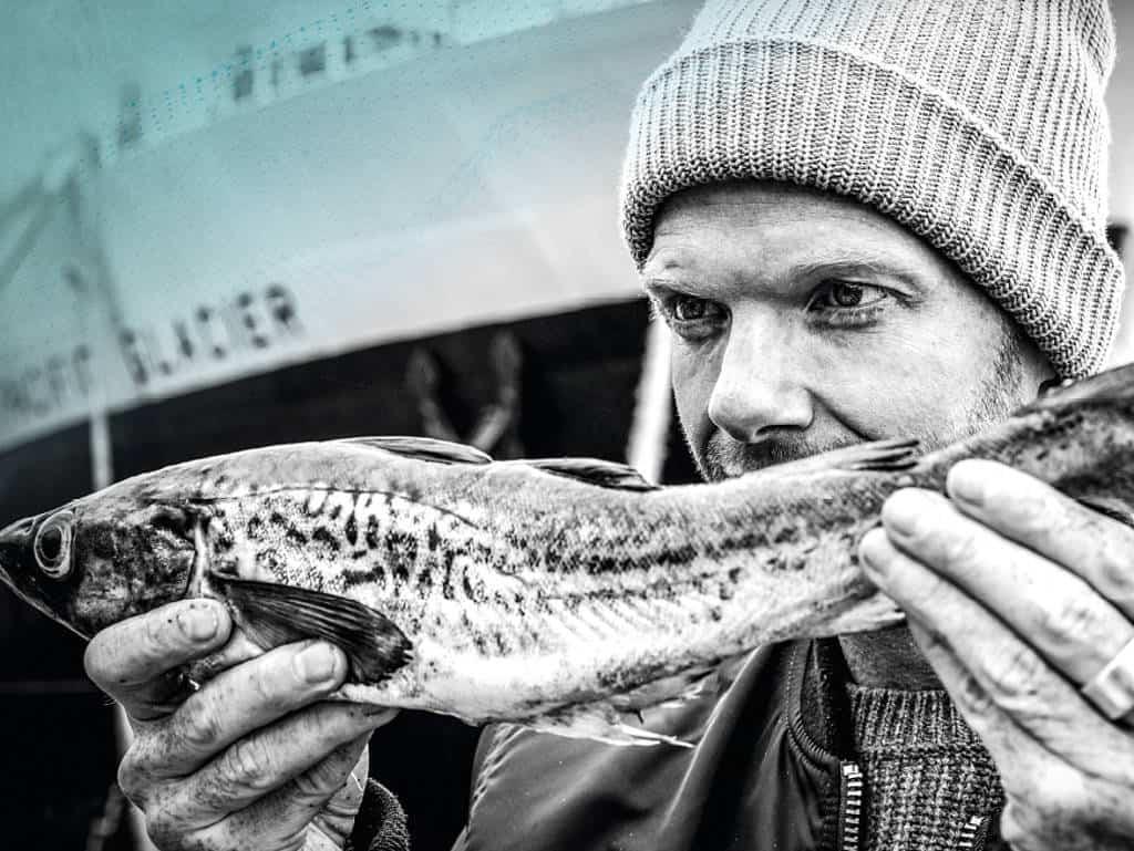 Nils Egtermeyer mit einem Fisch in den Händen