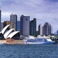 die Skyline einer australischen Stadt am Wasser ist zu sehen