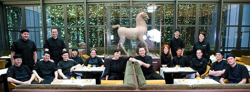 Tim Raue mit seinem Team im Restaurant