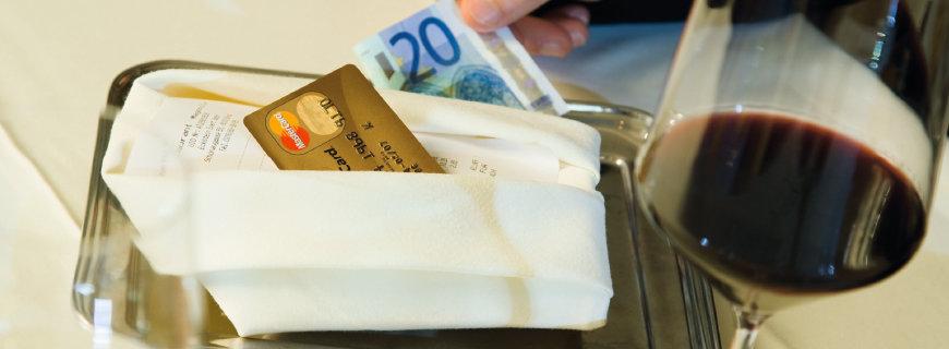 eine Kreditkarte und ein Geldschein liegen auf dem Tisch im Restaurant
