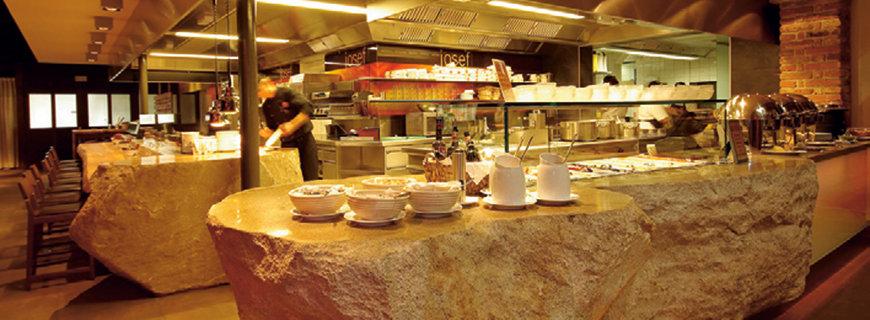 ein Buffet auf Stein basierenden Tischen