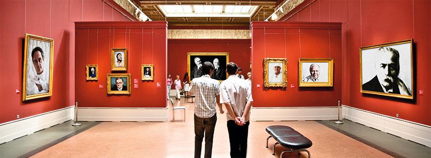 zwei Männer im Museum, ausgestellt die einflussreichsten Persönlichkeiten der Gastronomie