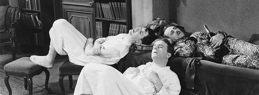 Drei Männer mit kater liegen herum