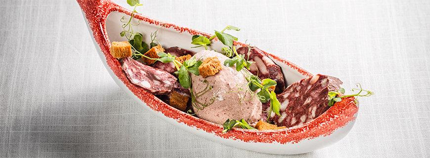 Blutwurst-Eis dekoriert mit Brot-Crôutons