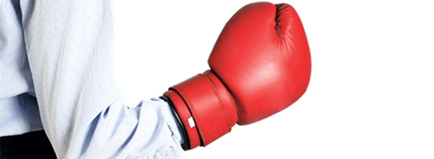 ein Arm mit der Hand in einem Boxhandschuh