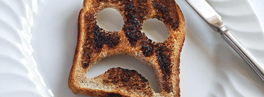 ein verbrannter toast mit einem unglücklichen gesicht
