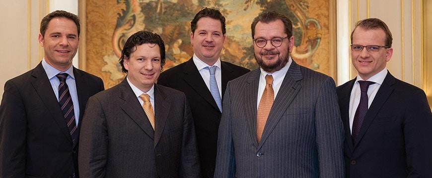 Geschäftsleitung Geisel Privathotels in Anzügen zum Gruppenfoto