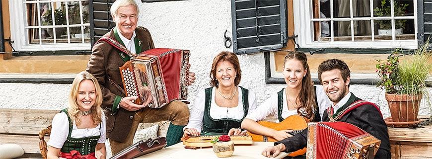 Elisabeth Hauser (2. v. re.) steht gemeinsam mit ihrer Familie für Bodenständigkeit, Traditionen und Luxus.