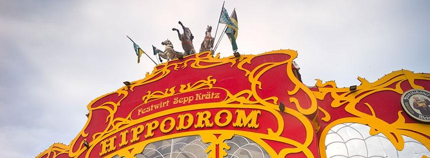 Hippodrom-Schriftzug oben auf dem Zelt