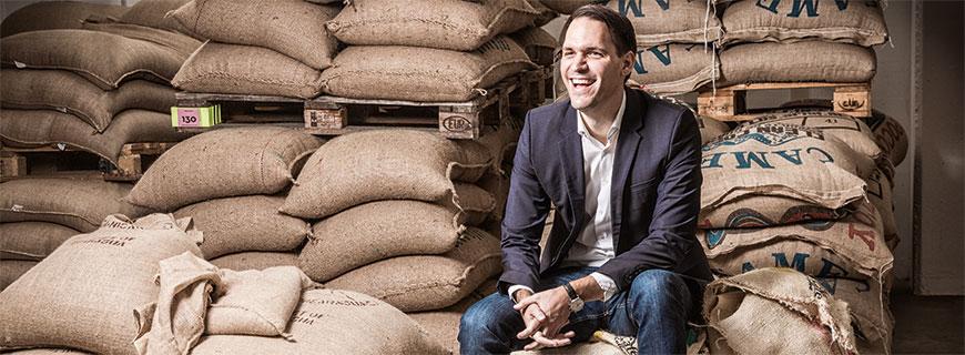 Geschäftsführer Johannes Hornig im Rohkaffeekeller