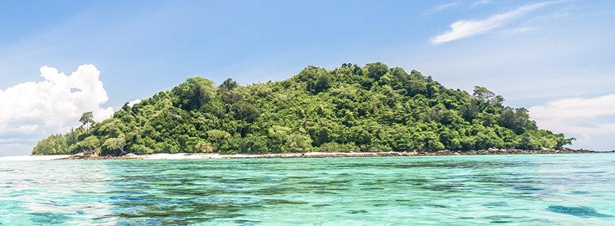 Pazifikinsel mit spiegelglatten Türkisen Meer