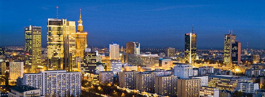 Warschau bei Nacht im Leuchten der Stadt