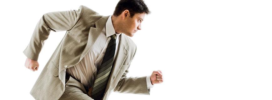 ein Mann im Anzug setzt zum Sprint an