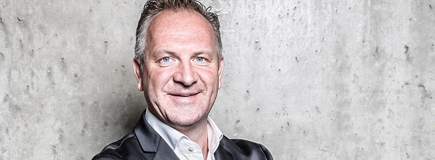 Christian Schweinzer von Blackrock Careers in schwarzem Anzug