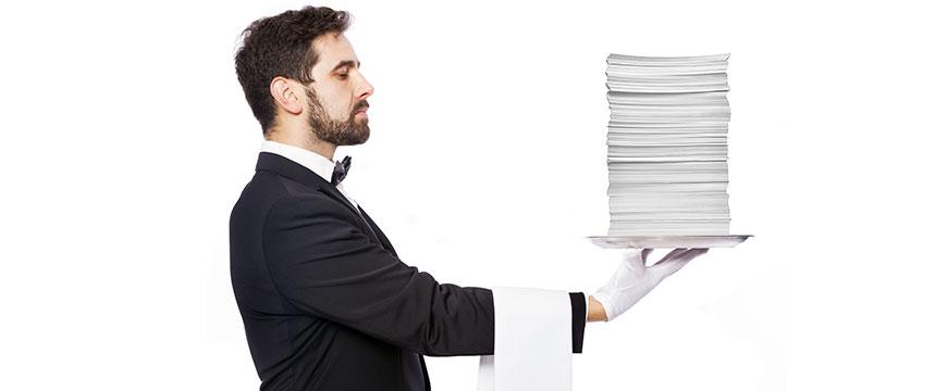 Kellner mit Tablette, auf dem nur Papiere liegen