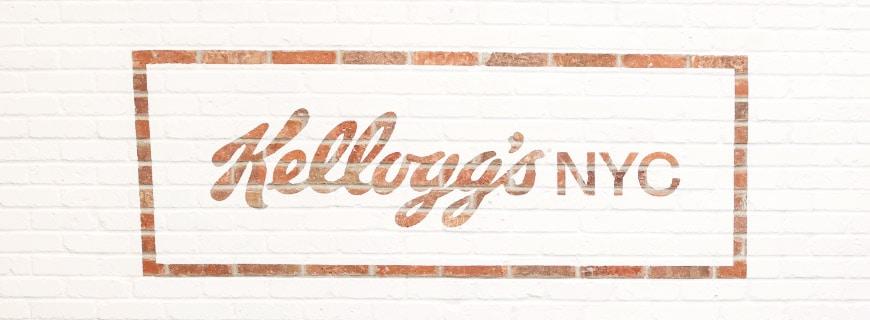 An der Wand im Restaurant steht der Name des Restaurants