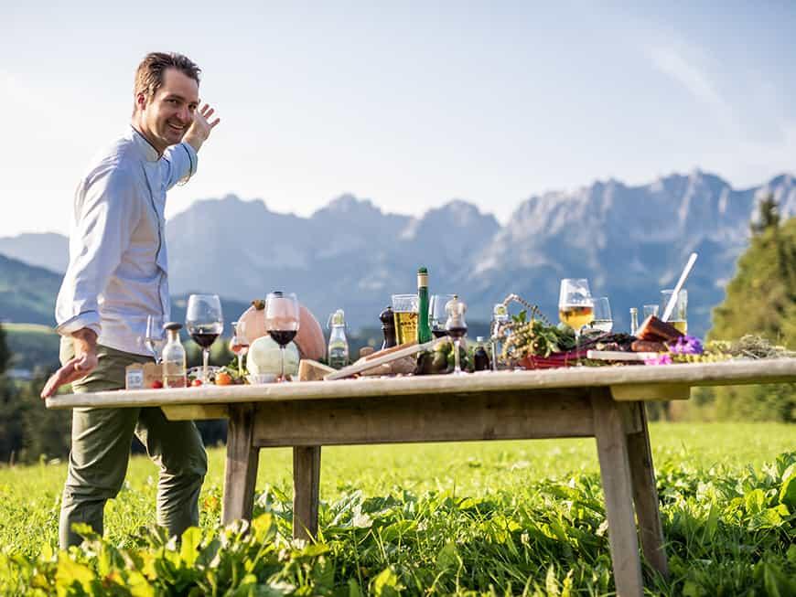 Jürgen Kleinhappl am gedeckten Tisch im Grünen