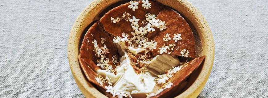 Knuspriger Rotschmierkäse mit eingelegten Hollerblüten von Alain Weissgerber