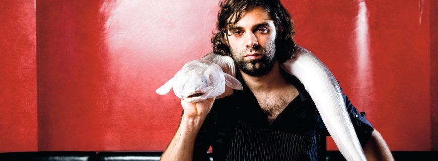 Konstantin Filippou mit einem Fisch um den Hals
