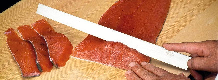 Die Klingen der Global Messer schneiden Lachs