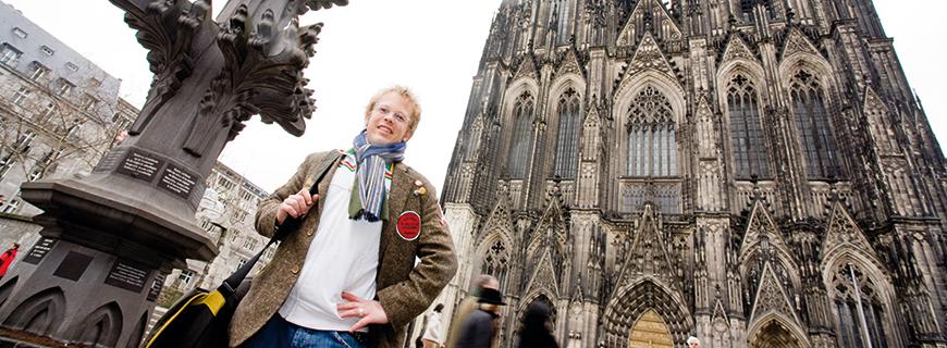 Mario Kotaska vor dem Kölner Dom