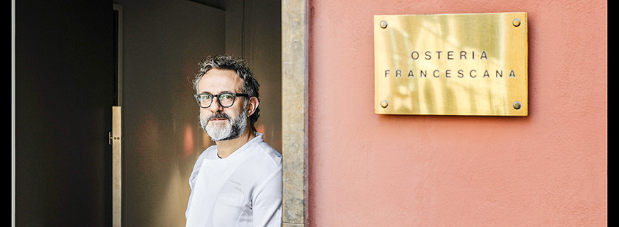 Massimo Bottura vor seinem Restaurant Osteria Francescana