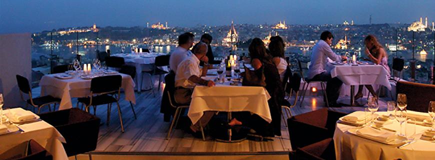Mehmet Gürs - Restaurant über den Dächern Istanbuls mit Blick über den Hafen