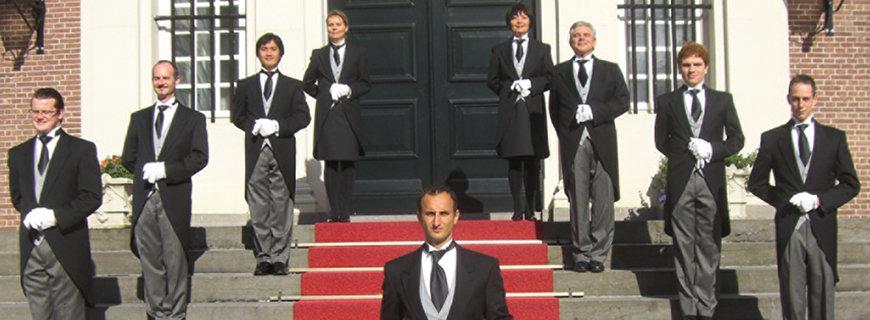 einige Butler stehen nebeneinander auf der Treppe