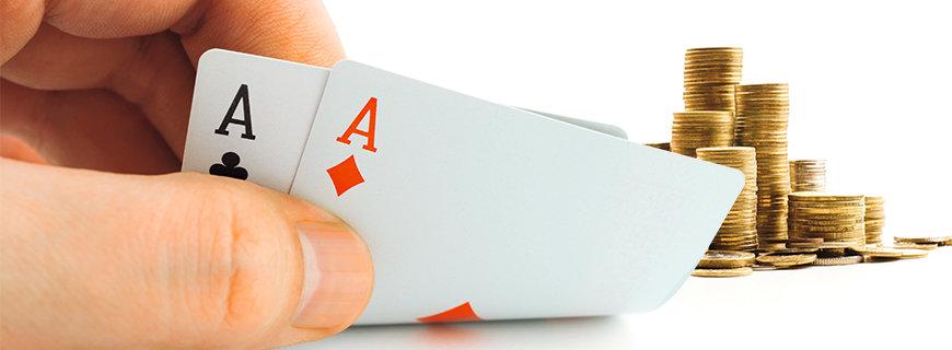 ein Kleingeldstapel im Pot und ein Asspaerchen in den Karten