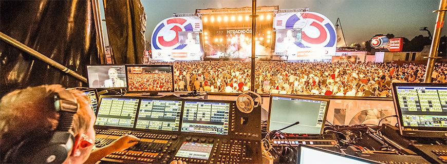 DJ Pult und Ö3-Bühne im Hintergrund