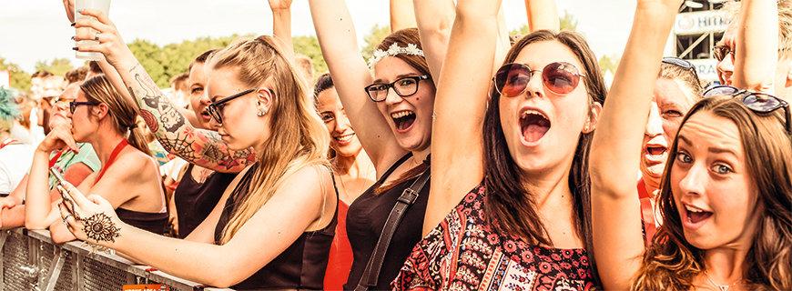 Jubelnde Party-Crowd beim Donauinselfest