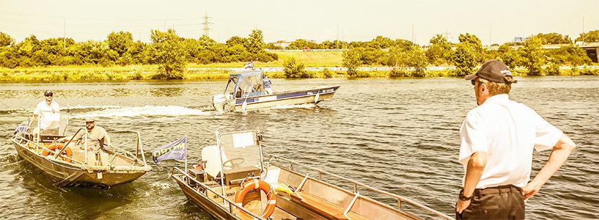 Drei Boote mit Kapitänen auf der Donau