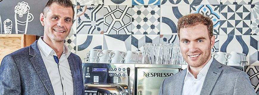 Schani-Hotel-GM Andreas Kerschbaumer und Geschäftsführer Benedikt Komarek genießen ihren Nespresso