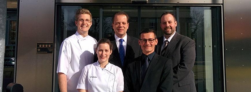 Nicholas Sanders (Küchenchef), Michael Steinbrück (Hoteldirektor), Markus Sterzenbach (Stellvertretender Direktor) vordere Reihe: Birgit Sanders (Chef Patissier), Donald Borojevic (Eventmanager)