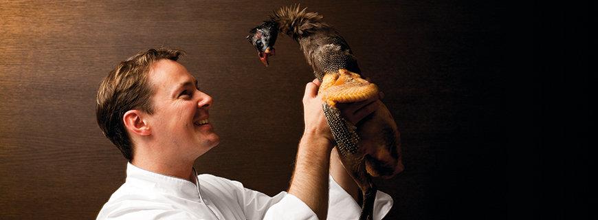 Simon Taxacher mit einem Vogel