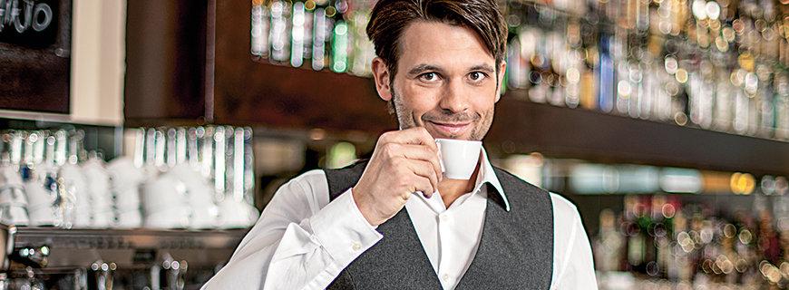 Ein junger Herr geniesst seinen Espresso