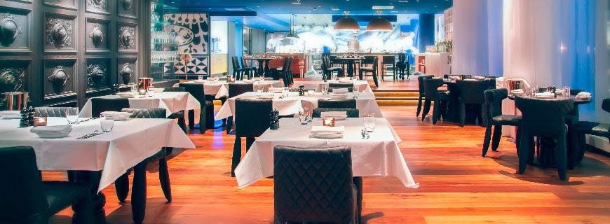Restaurant von innen. tische, stühle, holzboden etc.