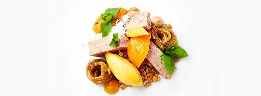 Restaurant Français- Elsässer Gänseleber, Aprikosenvariation, geschmorter Chinakohl, Erdnuss.