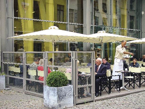 Im Gastgarten eines Lokals werden Gäste bedient