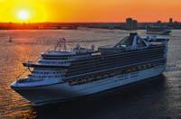 Ein Kreuzfahrtschiff im Sonnenuntergang