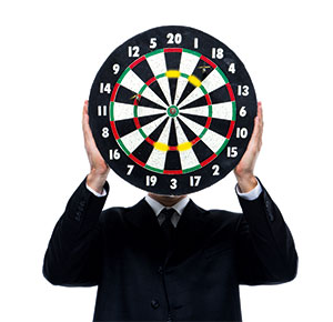 ein Mann hält eine Zielscheibe vor seinem Gesicht, Treffsicher steckt der Pfeil im Bullauge